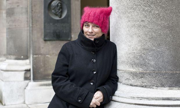 Die Verhaltensbiologin Elisabeth Oberzaucher an der Uni Wien. Nebenan startet am Samstag der Wissenschaftsmarsch.