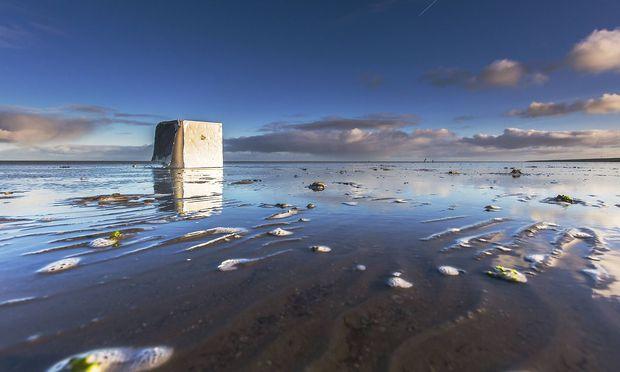 angeschwemmter Kuehlschrank im Watt nach dem Verlust von Containern der MSC Zoe in Sturm auf der No