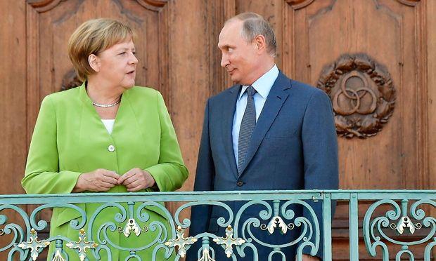 Angela Merkel und Wladimir Putin in Meseberg. / Bild: APA/AFP/TOBIAS SCHWARZ