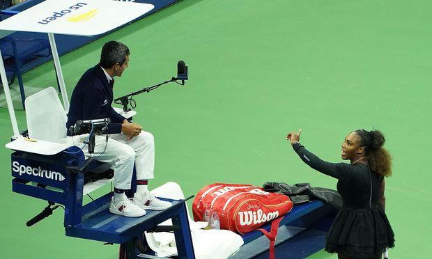 Serena Williams streitet mit dem Schiedsrichter