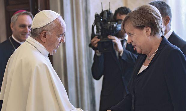 Merkel trägt sich in Kondolenzbuch für Kohl ein