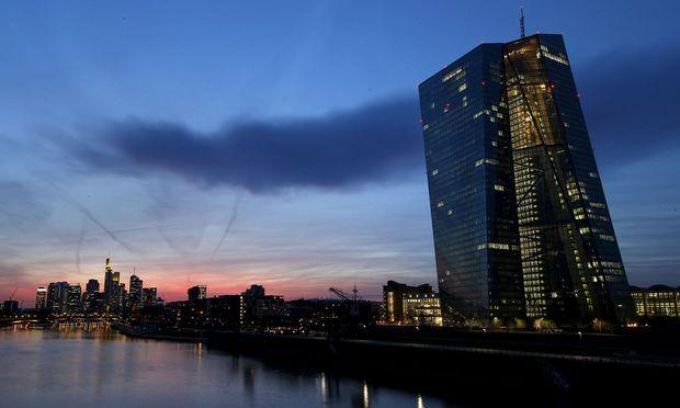 Über der EZB-Zentrale braut sich was zusammen: Die Anti-Deflationsmaßnahmen greifen nicht so recht.