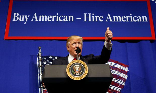 """US-Präsident Trump stellte vor Arbeitern in Wisconsin sein Programm vor, um """"Amerika wieder groß zu machen""""."""