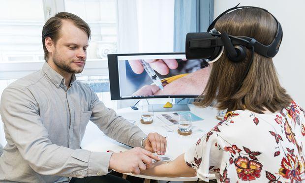 Mithilfe einer 3D-Brille wird im Phobiezentrum eine Spritzensituation simuliert.