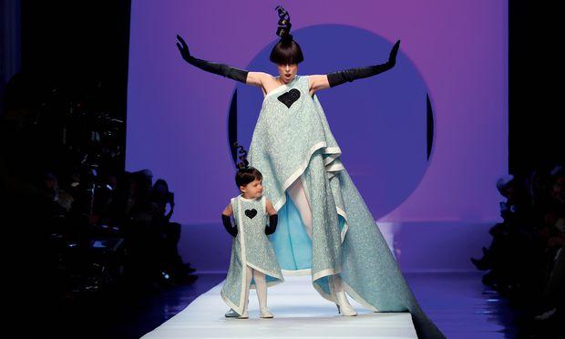 Jean Paul Gaultier. Model-Mutter Coco Rocha trat mit Tochter am Ende einer Pierre-Cardin-Hommage auf.
