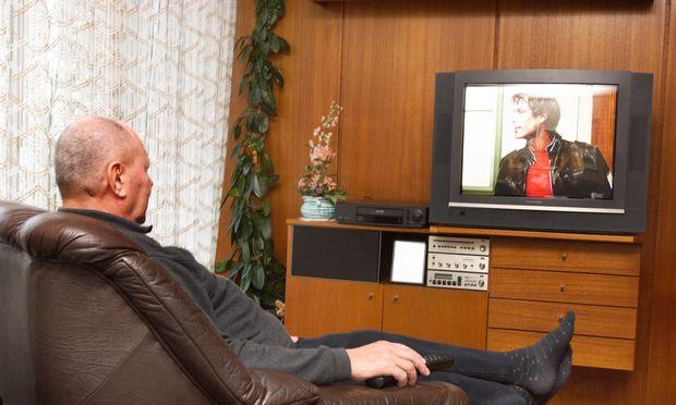Aelterer Mann beim Fernsehen