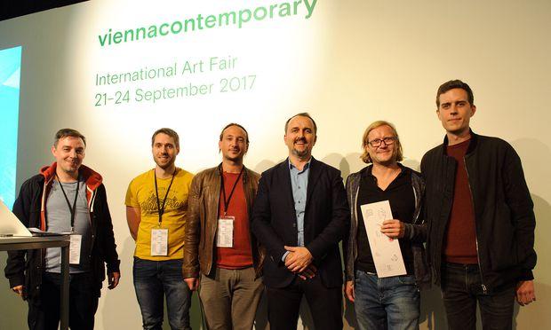 Die Gewinner vom Wiener Startup Qiue Ingemar Winkler, Stefan Kohl, Paul Deitch und Michael Wittinger mit Mäzen Dimitri Aksenov (Mitte) und dem Künstler Christian Falsnaes (rechts).