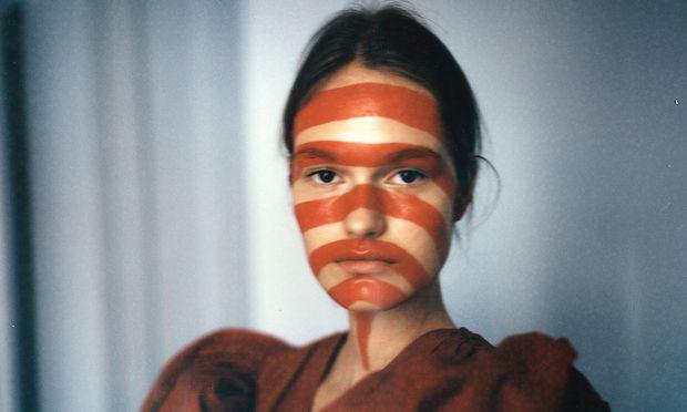 Gepflegte Erscheinung. Dasha trägt einen Look aus der Maison-Margiela-Artisanal-Kollektion.