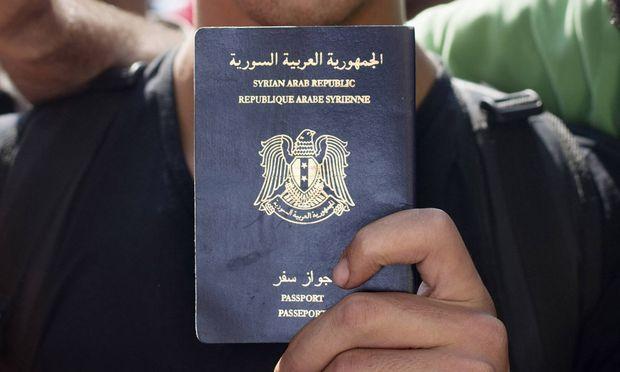 Syrische Pässe sind begehrt: Flüchtlinge anderer Länder erhoffen sich damit bessere Chancen auf Asyl.