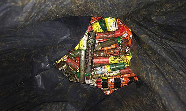 Beschlagnahmte Pyrotechnikgegenstände auf einem Polizeibild / Bild: APA/LPD WIEN