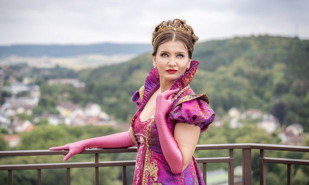 In welchem Opernhaus könnte man ihre eindringlichen Blicke ohne große Geste derart gut erkennen? Lady Kyssy als Tosca in Gars. / Bild: (c) Reinhard Podolsky