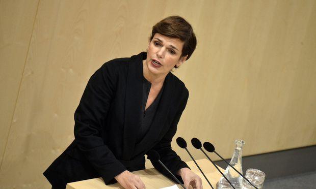 Pamela Rendi- Wagner verlangte von der Koalition, das Gesetz zum Zwölf-Stunden-Tag zurückzunehmen. / Bild: APA/HERBERT PFARRHOFER