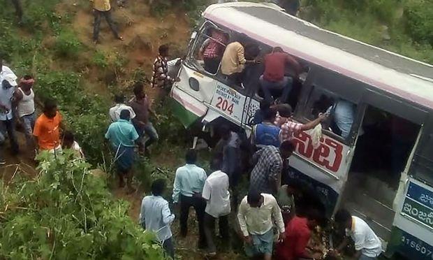 Schaulustige und Helfer beim Buswrack im indischen Bundesstaat Telangana.