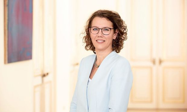 Bildungsministerin: IRIS RAUSKALA.