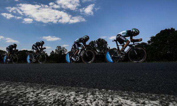 Die Bora-Mannschaft hat auf Frankreichs Straßen alles im Griff.   / Bild: (c) APA/AFP/JEFF PACHOUD