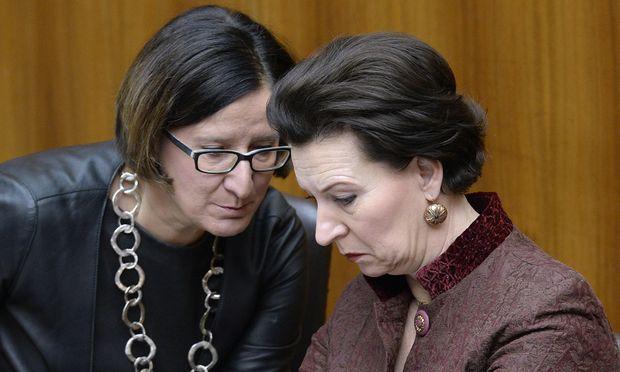 Zwei Ministerinnen, zwei Parteien, ein Schicksal? Mikl-Leitner (l.), Heinisch-Hosek droht Abgang.