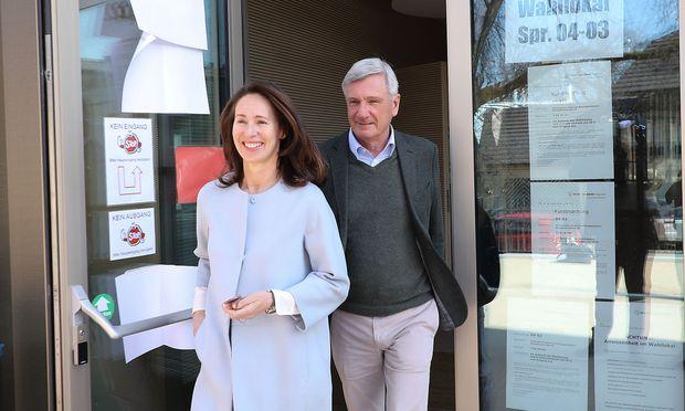 ÖVP-Spitzenkandidat und Bürgermeister Harald Preuner mit Ehefrau Alexandra nach der Stimmabgabe.