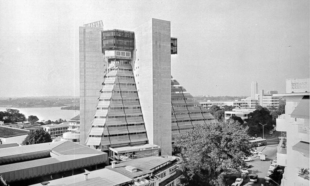 """Afrika. Ein """"Betonmonster"""" namens """"La Pyramide"""" in Abidjan, Elfenbeinküste."""