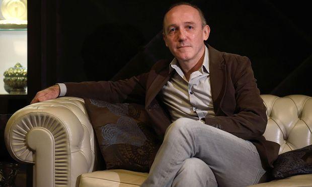 """Karl Markovics spielt in der neuen Sky-Serie """"Babylon Berlin"""" als Wiener Journalist in Berlin eine wichtige Rolle. Aktuell steht er für das historische ORF-Arte-Drama """"Der Geldmacher"""" vor der Kamera."""