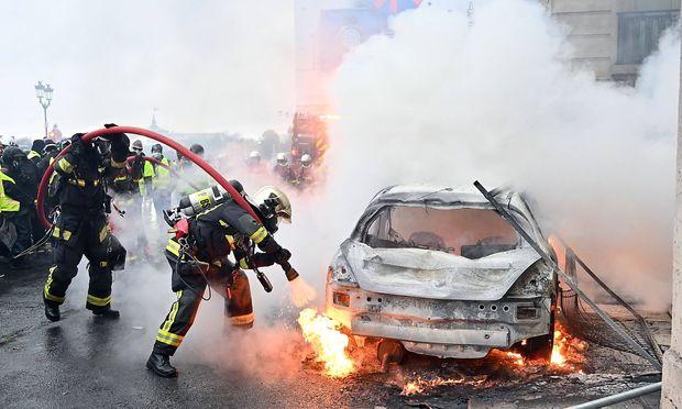 Feuerwehreinsatz am Rande der Demo in Paris