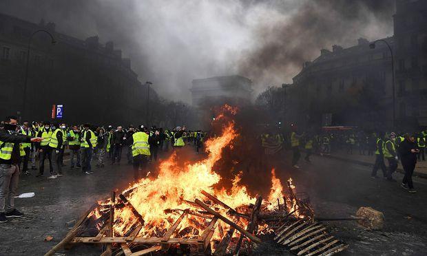 Eine brennende Barrikade am Samstagnachmittag