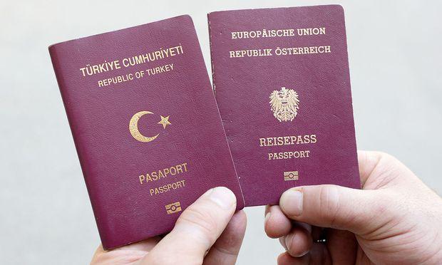 Ein türkischer und ein österreichischer Pass (Archivbild)