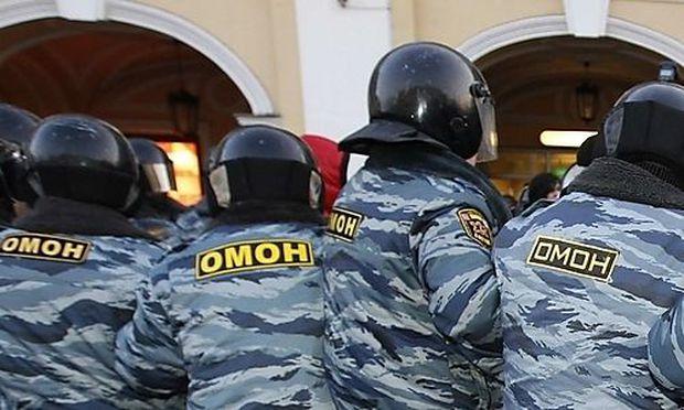 Archivbild: Russische Polizisten bei einer Demo in St. Petersburg.