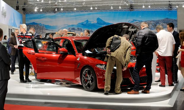 Nein, der hat keinen Defekt. Das Inspizieren des Motorraums gehört lediglich zum Handwerk des Automessebesuchers, zumal bei einem 500-PS-Alfa wie dieser Giulia.
