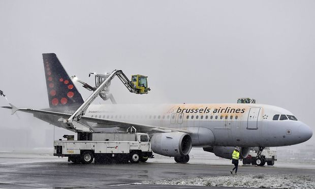 Illustration picture shows some de icing spread on a plane of Brussels Airlines beacuse of the snow