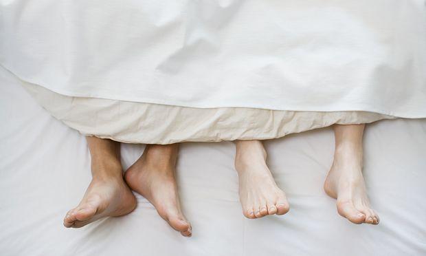 Selbst im Schlaf kommunizieren wir, wenn auch nonverbal. Wir riechen und spüren den anderen.