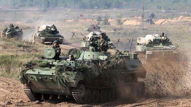 Weißrussische Artillerieeinheit auf dem Marsch
