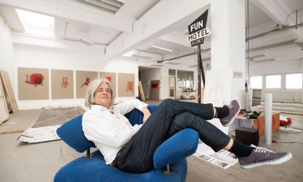 Raum für die Kunst hat Edgar Honetschläger mit dem Atelier in Wien-Inzersdorf gefunden. Hier ist selbst Platz für seine Filmkulissen.