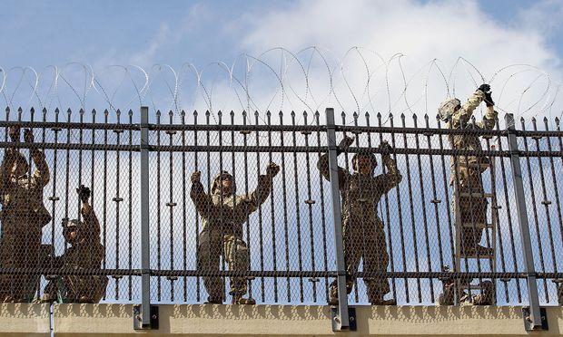 US-Soldaten errichten Absperrungen an der Grenze zu Mexiko.