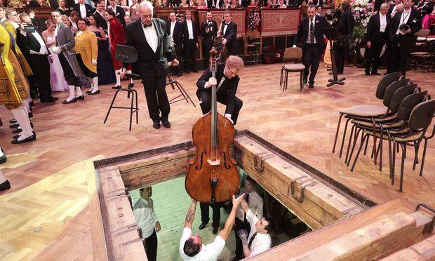 In Wien haben Instrumente kurze Wege: eine Bassgeige beim heurigen Ball der Wiener Philharmoniker.