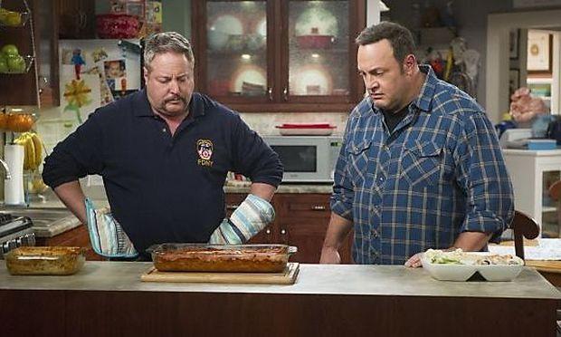 Der echte Bruder, Gary Valentine, links, spielt in der Serie Kevins Bruder.