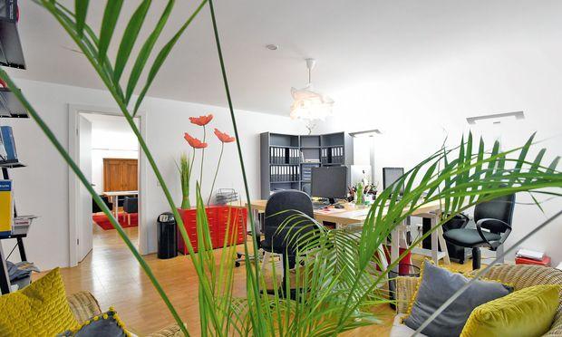 Am Schreibtisch, im gemütlichen Sessel: Abwechslungsreich und farbenfroh gibt sich der größte Raum des neuen Officehomes.