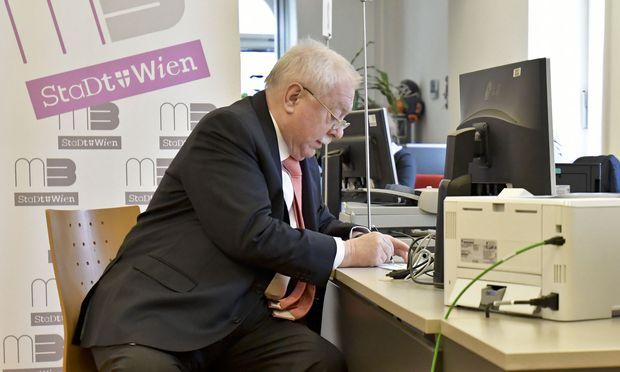 Bürgermeister Michael Häupl (SPÖ) beim Unterzeichnen der Volksbegehren.