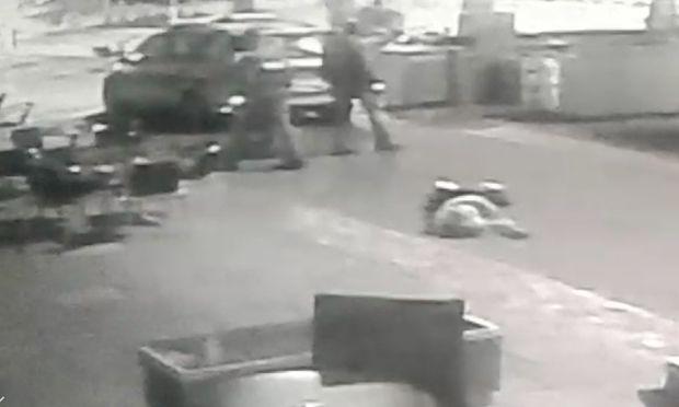 Ein Bild aus dem Überwachungsvideo, das dne Vorfall zeigt / Bild: Screenshot