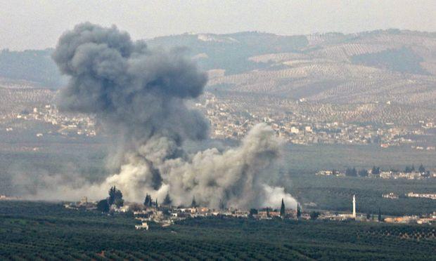 Aufnahme eines Luftschlags in der westsyrischen Provinz Idlib. Im Osten prallen unterdessen die Interessen der USA und Russland aufeinander.