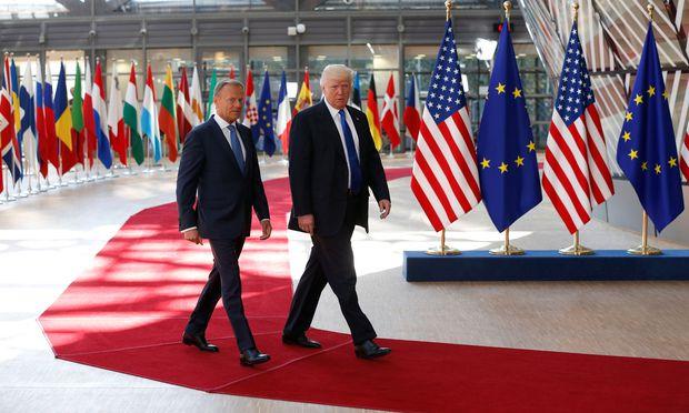 Donald trifft Donald: Donald Tusk (links), Präsident des Europäischen Rates, und US-Präsident Donald Trump vor ihrem ersten Treffen am Donnerstag in Brüssel.