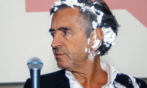 Nicht zum ersten Mal wurde Bernard-Henri Levy Opfer eines Tortenwurfs