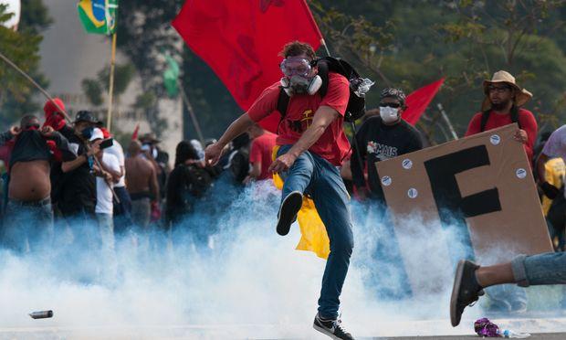 Gewaltsame Proteste gegen Präsident Michel Temer: Einige Demonstranten setzten offizielle Gebäude in Brand. / Bild: (c) APA/AFP/ANDRESSA ANHOLETE (ANDRESSA ANHOLETE)
