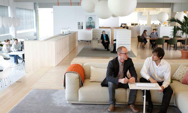 Der Anspruch nach mehr Wohnlichkeit am Arbeitsplatz verändert Möbeltypologien: Die Wohnzimmercouch mutiert zum Meeting Place.