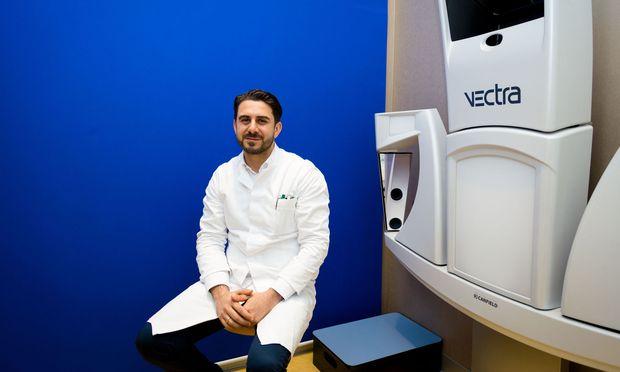 Ali Saalabian an seinem Arbeitsplatz, dem Kuzbari-Zentrum für ästhetische Medizin in Wien.