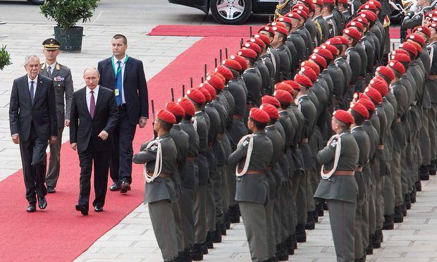 Van der Bellen empfängt Putin mit militärischen Ehren.