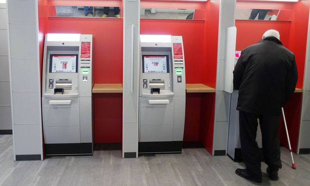 D�sseldorf Deutschland 19 01 2017 Geldautomaten im Vorraum in einer Bankfiliale der Sparkasse