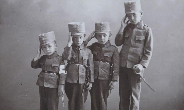Kinder in der k. u. k. Uniform während des Ersten Weltkriegs im Jahre 1916.