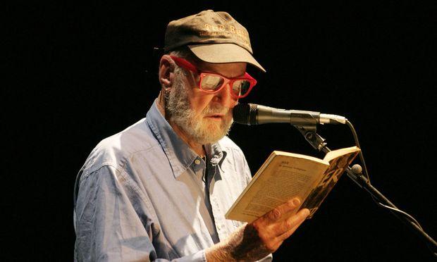 """Lawrence Ferlinghetti,  der Beat-Poet, Verleger Allen Ginsbergs Gedichtband """"Howl"""" und Chef des """"City Lights Book-shops"""" – 2004 beim poesiefestival berlin."""