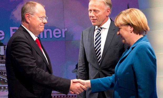 Wer traut sich zum Koalitions-Handshake? Angela Merkel (re.) könnte mit Peer Steinbrück und der SPD (li.) oder mit Jürgen Trittins Grünen (Mitte) zusammenarbeiten.