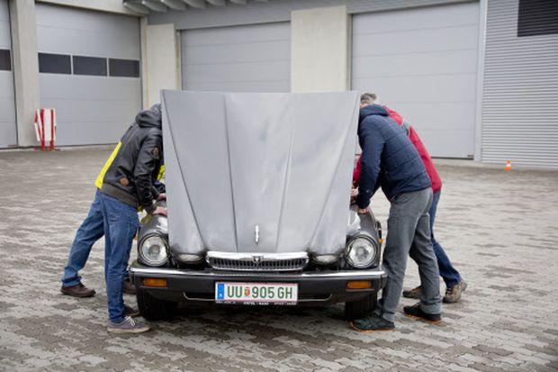 Wo ist der Zwölfzylinder geblieben? Blick unter die lange Motorhaube des konvertierten XJ V12 Sovereign. / Bild: Heidrun Henke